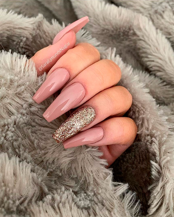 Pretty long coffin shaped nails with an accent glitter nail